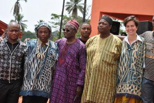 La remise de la tenue traditionnelle par les représentants de la jeunesse de Fatgo o