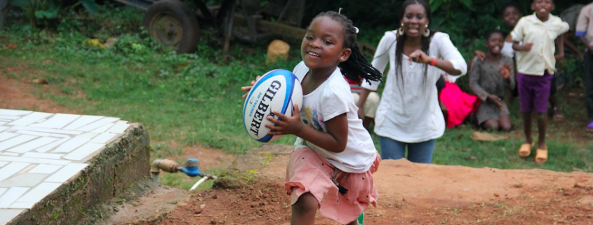 Fille jouant au rugby