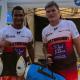 Thierry Dusautoir et Fabien Pelous portant un sac Recycling Rugby vendu au profit de la SBA - au WateRugby