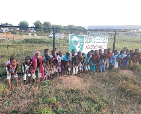 Les 25 filles du programme de soutien scolaire SBA Mali