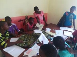 Jeunes de Zoétélé qui étudient