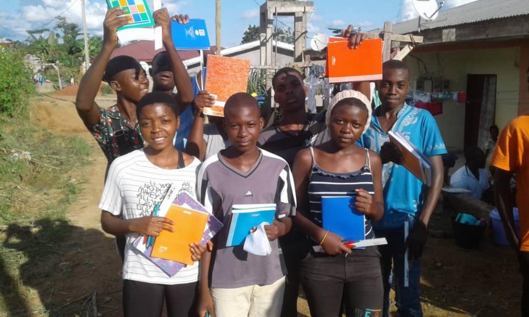 Cérémonie de distribution de fournitures et bourses <br>au centre de Zoétélé