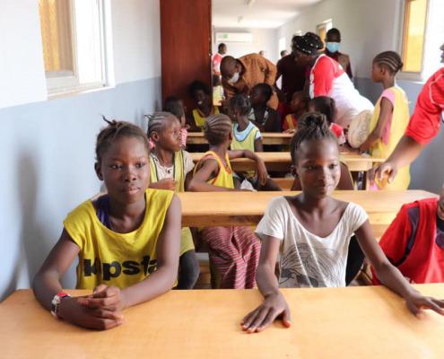 Les filles dans leur salle de classe - 7 Inauguration salle de soutien scolaire SBA Mali en présence de Monsieur le Ministre, Mossa Ag Attacher - photo de Nicolas Réméné