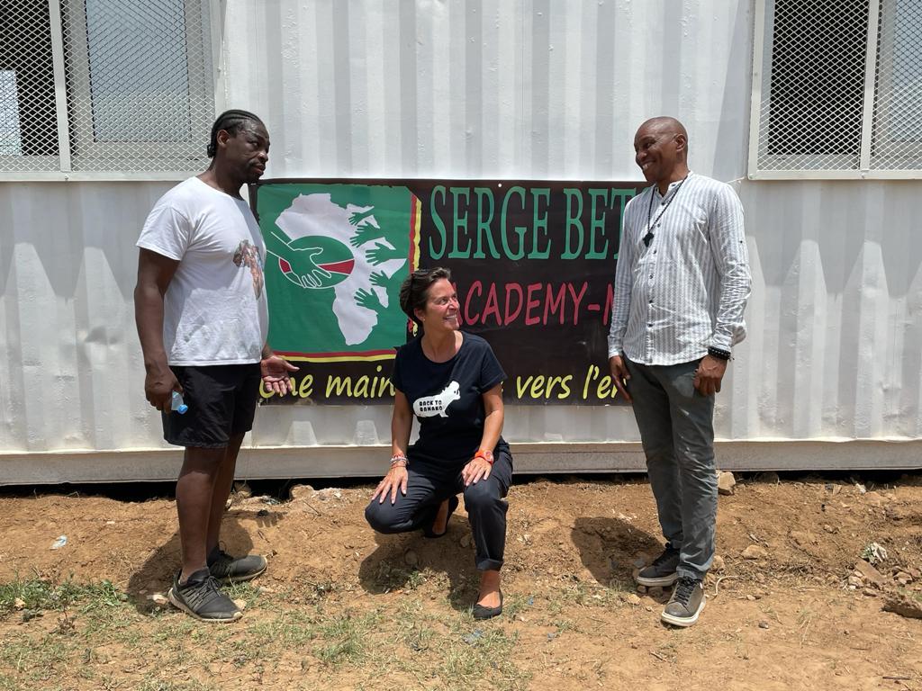 Serge Betsen, Odile Prévot, Mory Touré devant le container