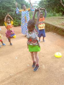 Enfants qui jouent au rugby en baskets
