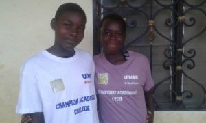 Jeunes avec les T-Shirts