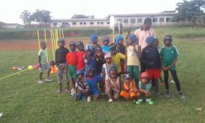 Les jeunes avec les casques de rugby